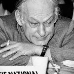 Un René Lévesque à la mine moqueuse, avec son éternelle cigarette, lors d'un conseil national de son parti.
