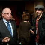 Les échanges se poursuivent autour d'un verre de vin : monsieur Bernard Landry et Martin Pichette, jeune historien et bénévole de la Fondation.